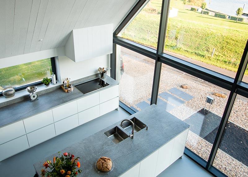 witte moderne keuken met kookeiland