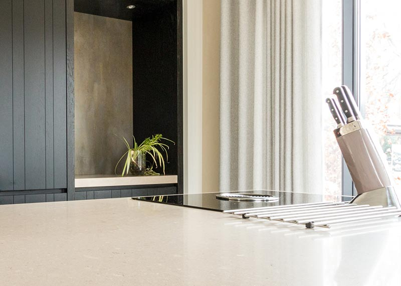 kookplaat op de hoek in woonkeuken