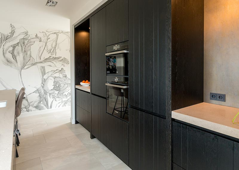 donkere keuken met houten kastenwand