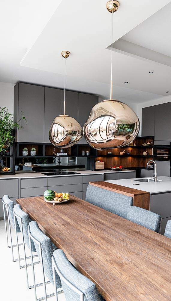 grijze keuken met wit blad