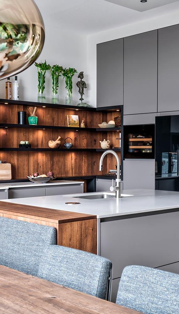 grijze woonkeuken met hout