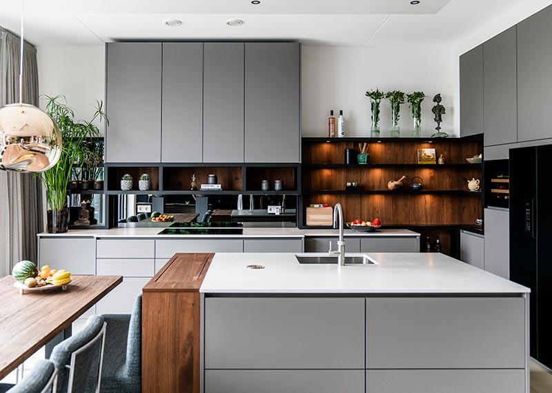 Grijze woonkeuken van Klomp Keukens