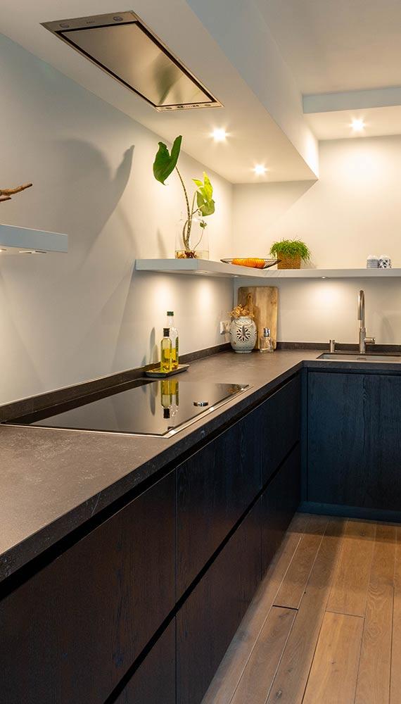lange keuken met kookgedeelte