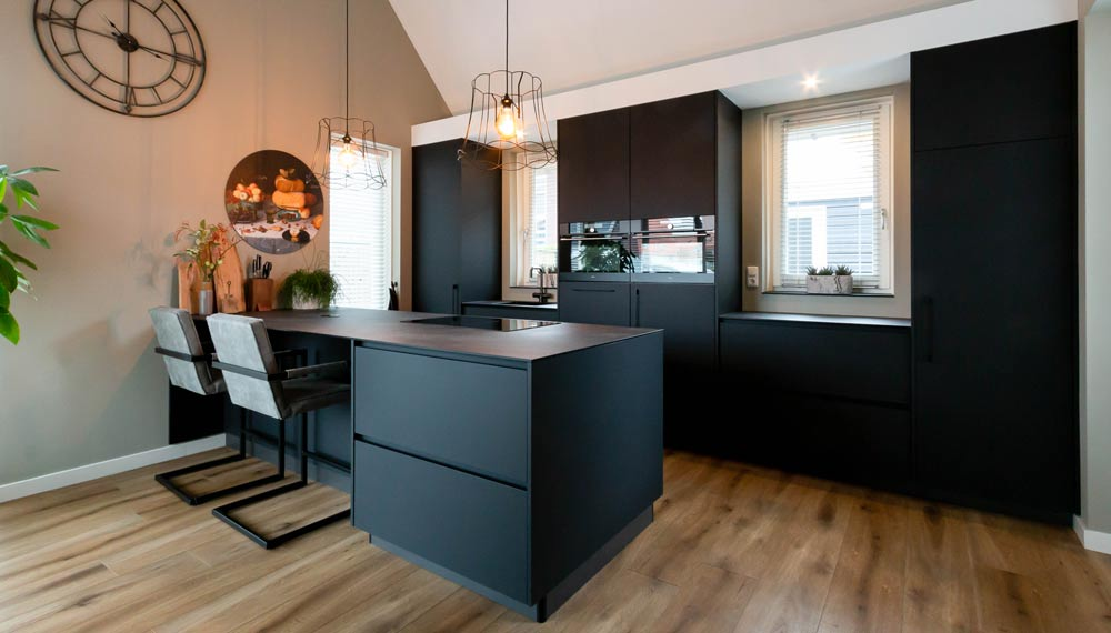 mat zwarte keuken met bar