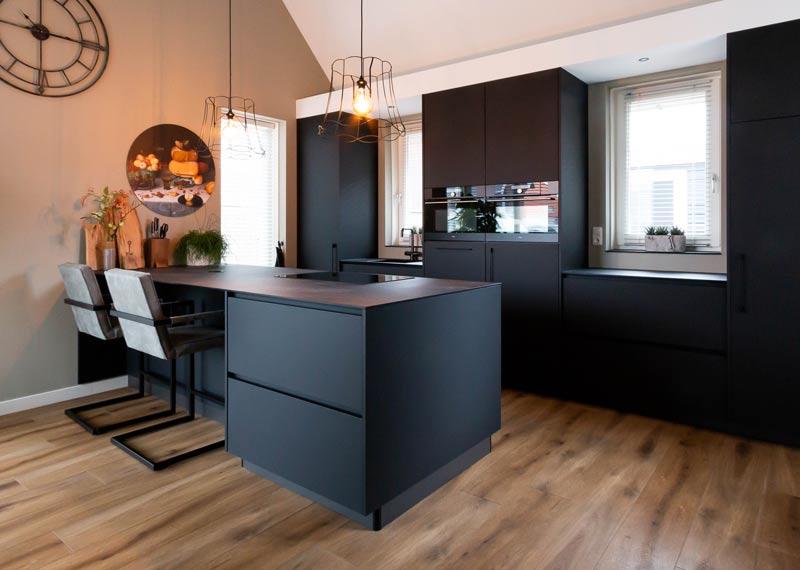 donkere keuken met zwart blad