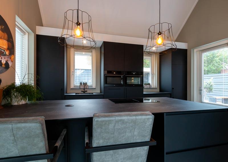 mat zwarte keuken met kookeiland
