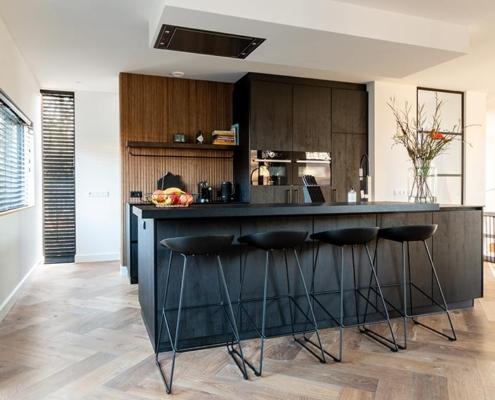 zwarte keuken met visgraat