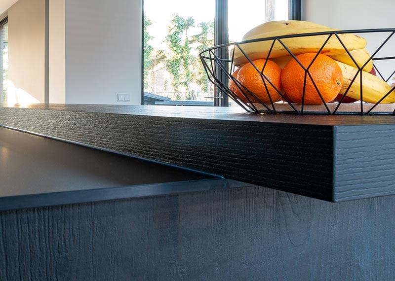 zwarte keuken met bar
