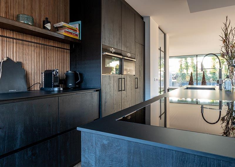 zwarte keuken met zwart blad